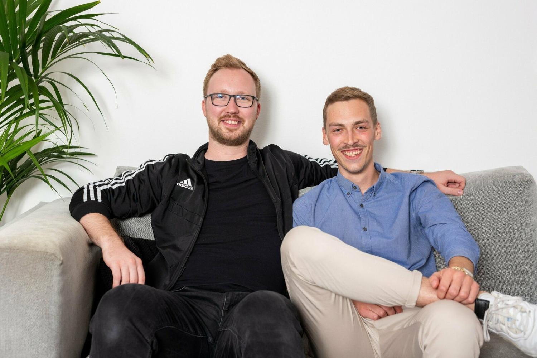 Marin und Nils nebeneinander grinsend auf der Couch